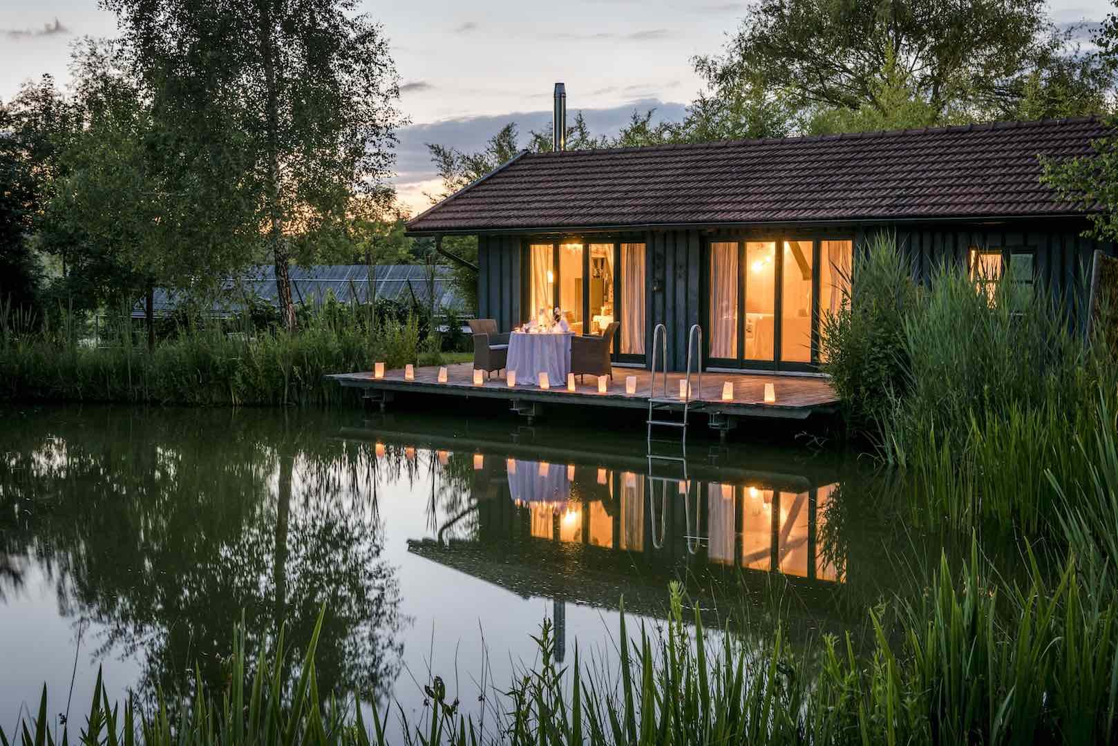 Haus am See bei Nacht Wainando Travel