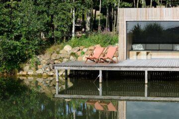 Sauna am See mit zwei Liegestühlen