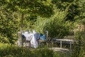 einsamer Tisch mitten im Grünen