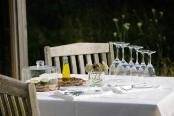 Gedeckter Tisch im Freien