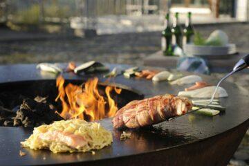 Fleisch und Gemüse am Rand des offenen Grills
