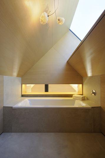 Badewanne unter dem verwinkelten Dach