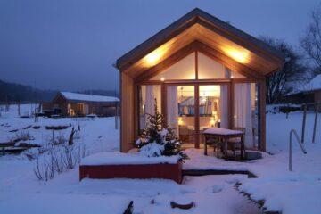 Beleuchtetes Haus im Schnee