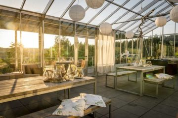 Wintergarten aus Glas im Abendlicht