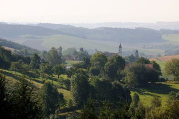 Grüne Hügel mit Dorfkirche