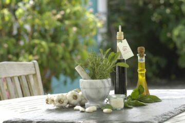 Essig, Öl und frische Kräuter