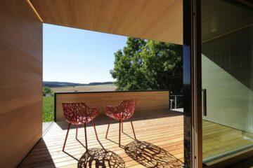 Rote Stühle auf Holz-Terrasse