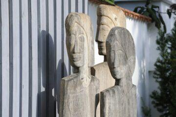 Drei Steinfiguren bilden ein Dreieck