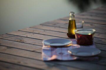 Öl und kleine Teller auf Steg
