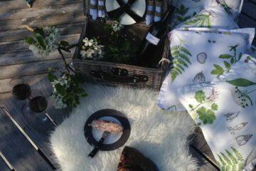 Picknickkorb mit Fell und Tischtuch