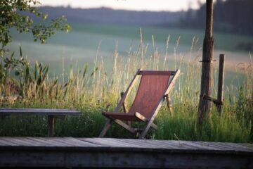 Einsamer Liegestuhl mitten im Grünen
