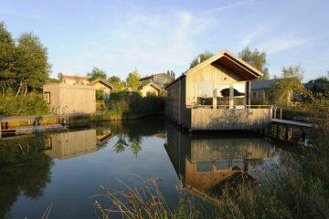 In Sonnen getauchte Holzhäuser am Wasser