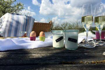 Joghurt, Eier und Sekt auf Holztisch