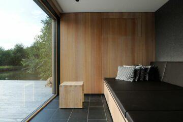 Liege im Holzhaus mit Blick nach Draußen