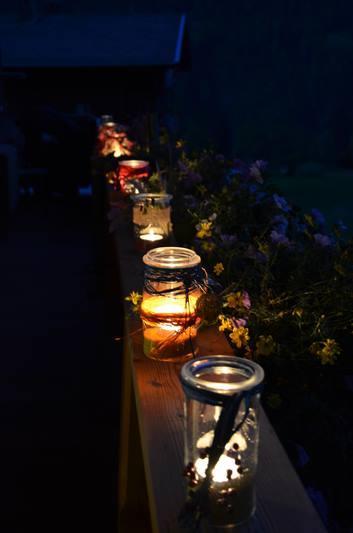 Kerzenlichter im Glas auf Geländer