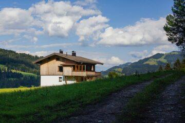 Hütte inmitten Berglandschaft