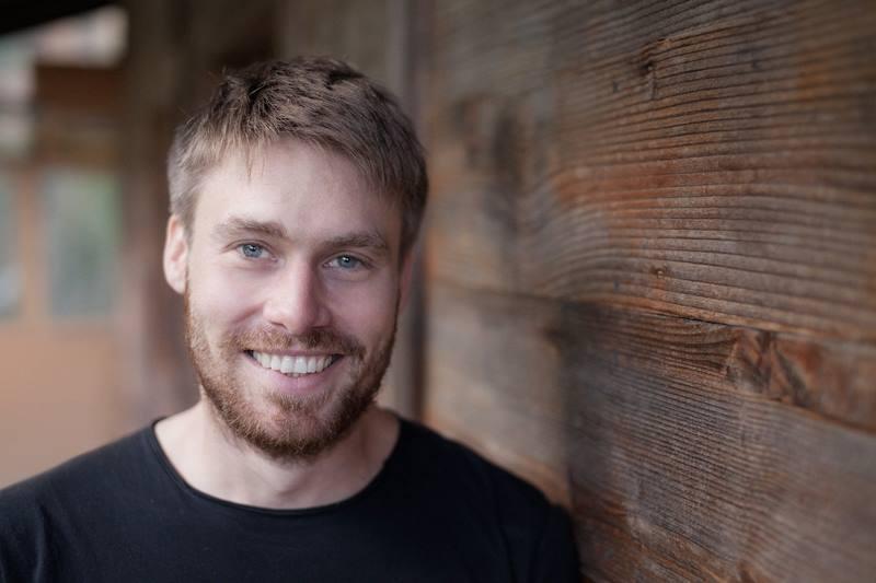 Junger Mann mit Bart und Lächeln