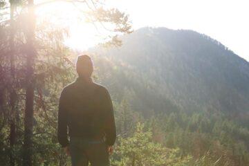Mann schaut in die Ferne auf einen Berg