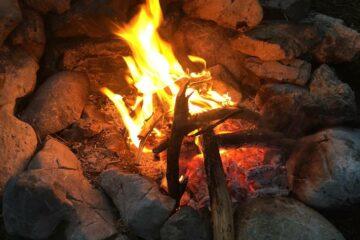 Feuer im Steinbett