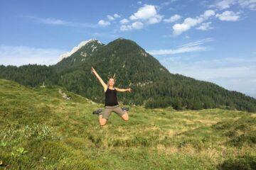 Frau springt voller Freude in die Luft