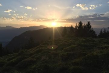 Sonne hinter dem Schatten des Berges