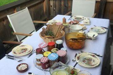 Tisch mit allerlei Brotzeit