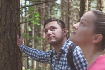 Teilnehmer berührt Baum