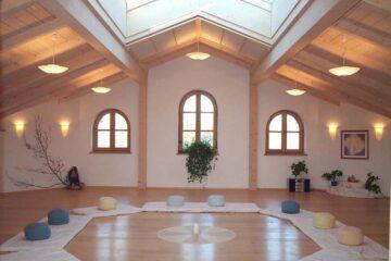 Lichtdurchfluteter Raum mit Meditationskissen