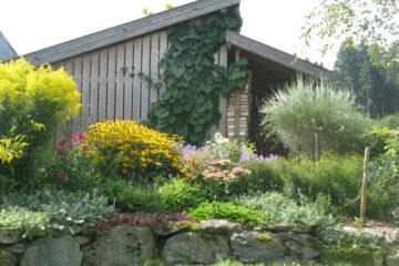Steingarten und Blumen