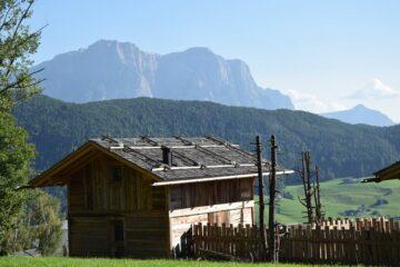 rückseitiger Blick auf Lodge und die Dolomiten