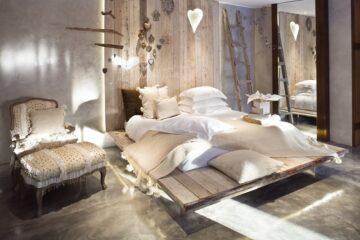 Schlafzimmer in weiß und beige mit großem Bett