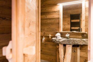 Waschbecken in Massivholz