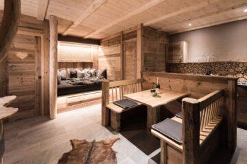 Tisch und Bank in holzgetäfelter Lodge