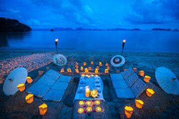 Kerzen und Polster am Strand