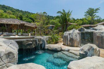 Steine und Pool mit Wasserfällen