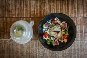 Schüssel mit friischem Gemüse und Obst