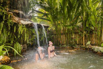 Zwei Frauen unter dem Wasserfall
