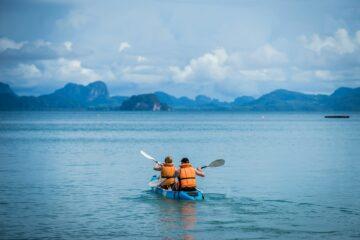 Kanu mit zwei Personen auf Meer
