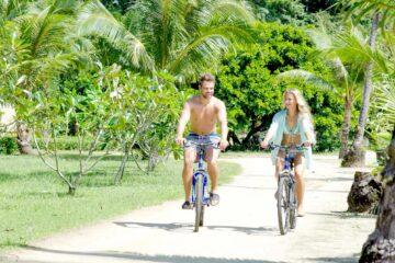 Zwei Personen auf Fahhrädern