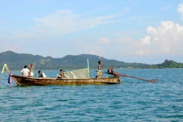 Boot mit Einheimischen beim Fischen