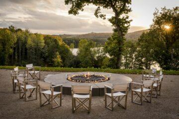 Feuerstelle mit Kreis aus Stühlen mit Seeblick