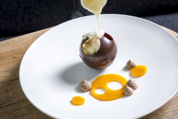 Schokoladenkugel wird mit Eierlikör gefüllt