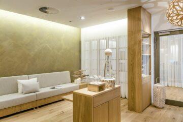 Empfang Wellness-Berich mit weißer Couch und viel Holz und Licht