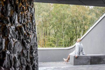 Mann im Bademantel genießt im Freien die Natur