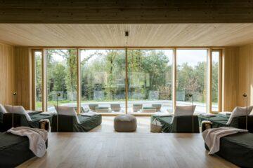 Entspannungsbereich mit Liegen vor Fensterfront