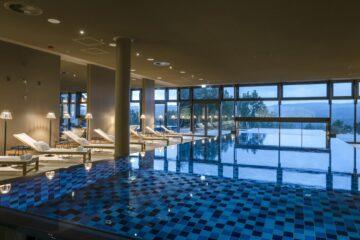 Pool mit Blick durch Fenster auf See