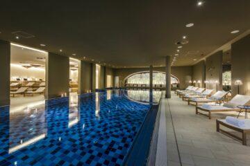 Pool mit Säulen und Rundfenster