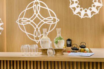 Wasser mit frischer Minze in Karaffe und chinesische Teekannen