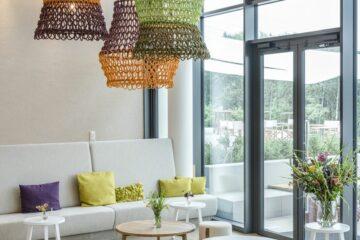 Sitzgelegenheiten in passendem Farbfilme der Lampen in senfgelb, lindgrün, orange und lila