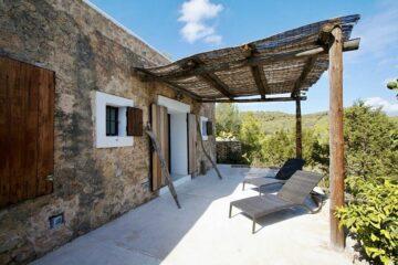 Überdachte Terrasse mit Liegen